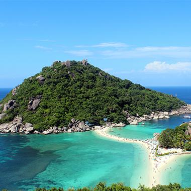 犹如遗世独立的梦幻仙境,诠释着海岛最纯净的水清沙白与椰林树影。