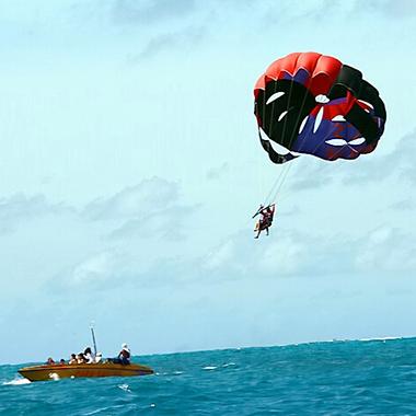 玻璃般的海洋,纯净的自然生态,在塞班岛享受岛屿浪漫。