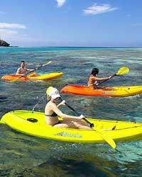"""斐济是南太平洋上珍珠般的岛屿,被誉为""""全球十大蜜月旅游胜地""""之一。斐济地跨东、西半球,由 332 个岛屿组合而成,其中106个岛有人居住。这些散落在蓝海中、珊瑚环绕的火山岛,构成了这座世界著名的度假胜地、旅游天堂。"""
